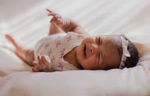 Bébé pleure : les différentes causes